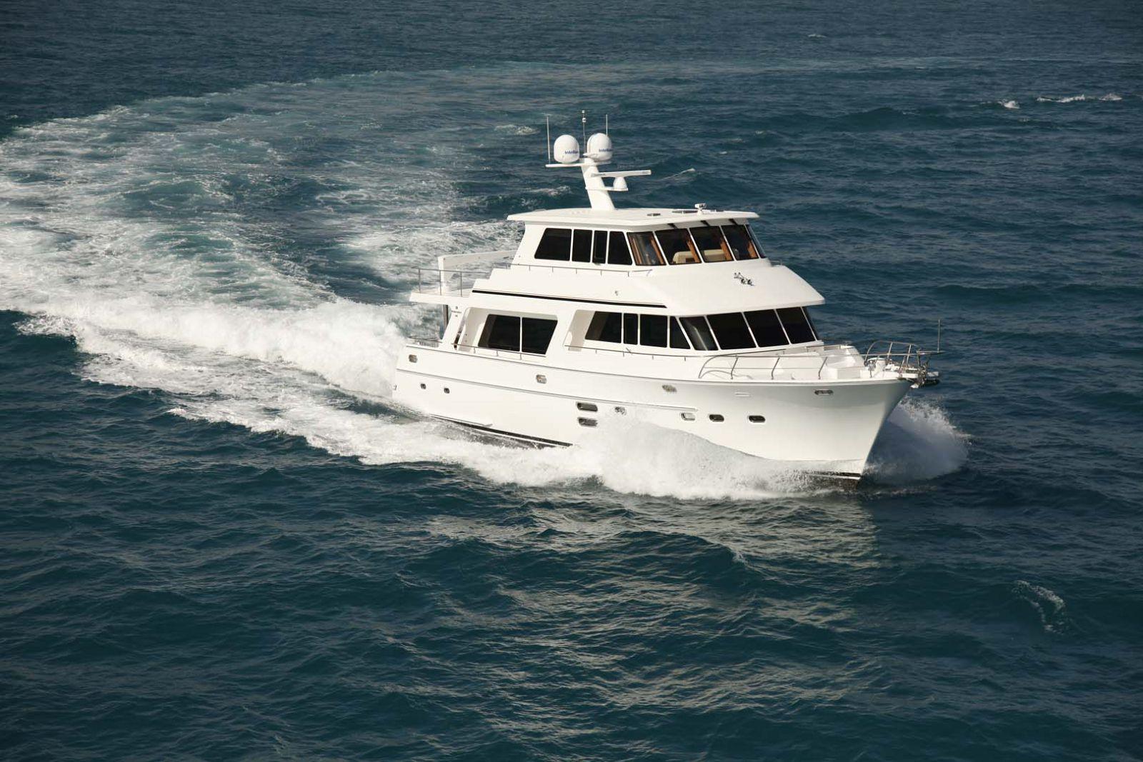 endurance 680 skylounge yacht cruising