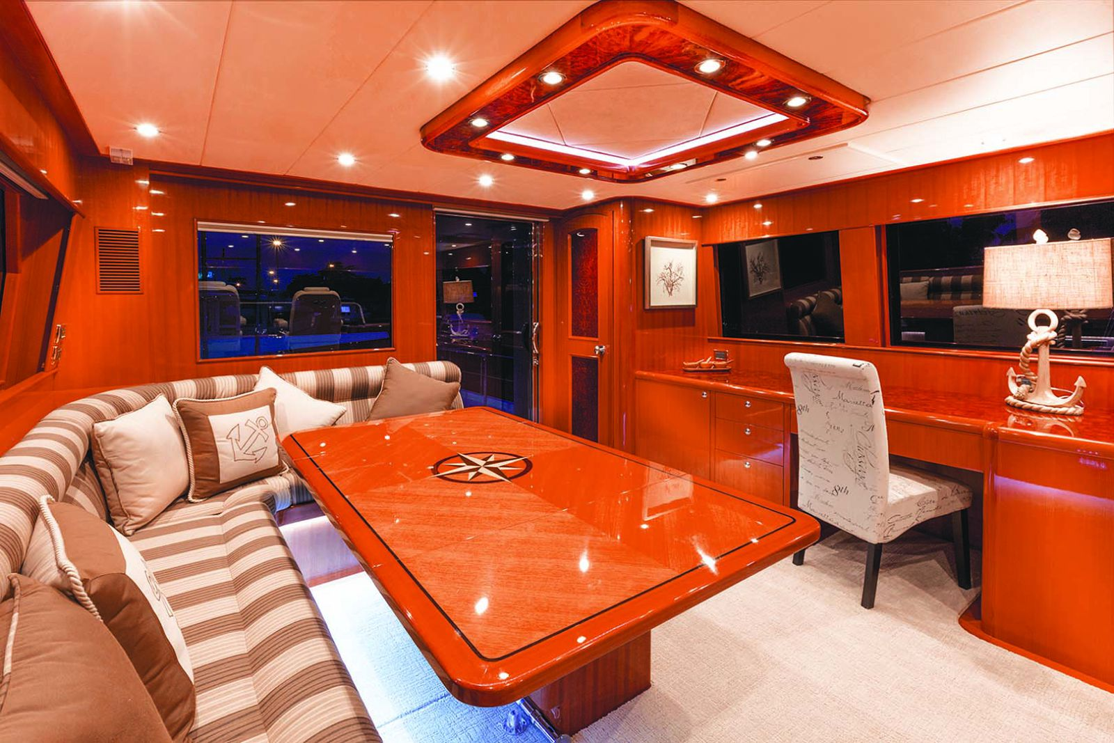 skylounge on hampton endurance 680 yacht