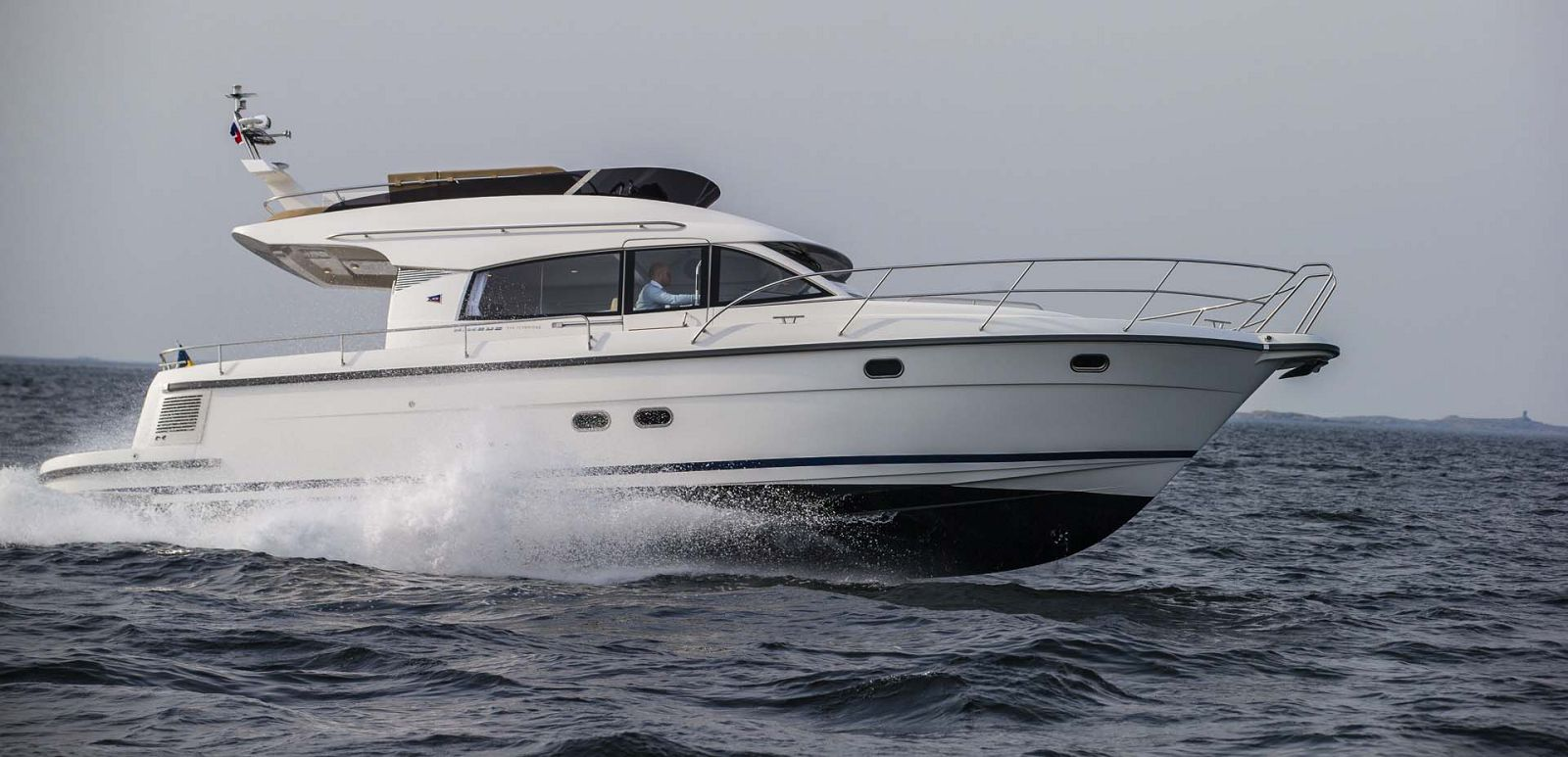 Nimbus-Boats-405-Flybridge-Running