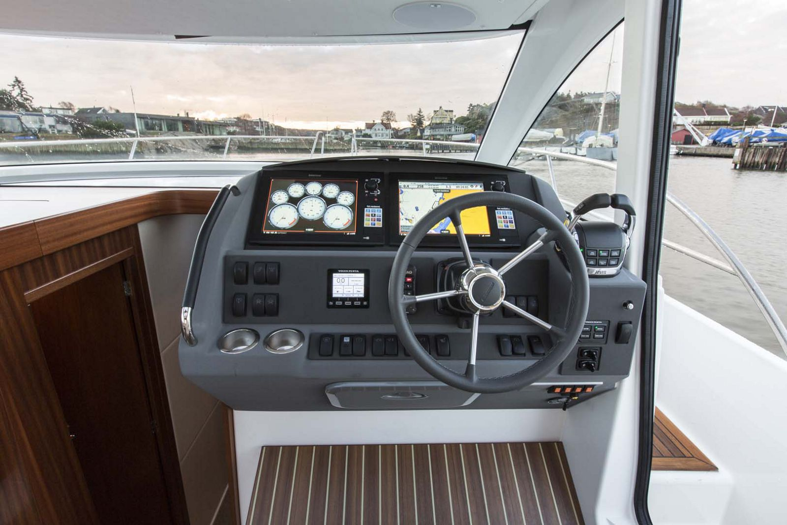 Nimbus-Boats-405-Coupe-helm-steering