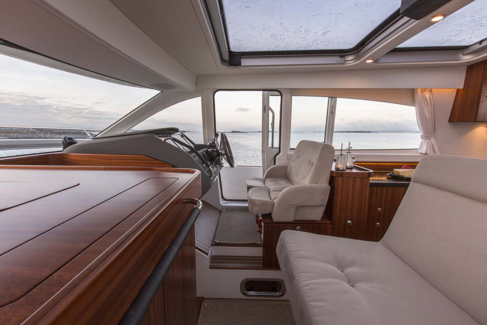 Nimbus-Boats-405-Coupe-inside-helm