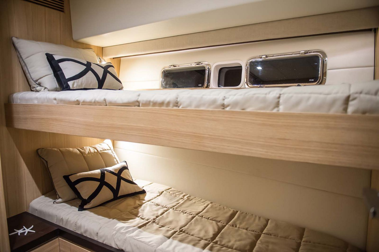 Whitehaven-6000-Coupe-Yacht-stateroom-twins