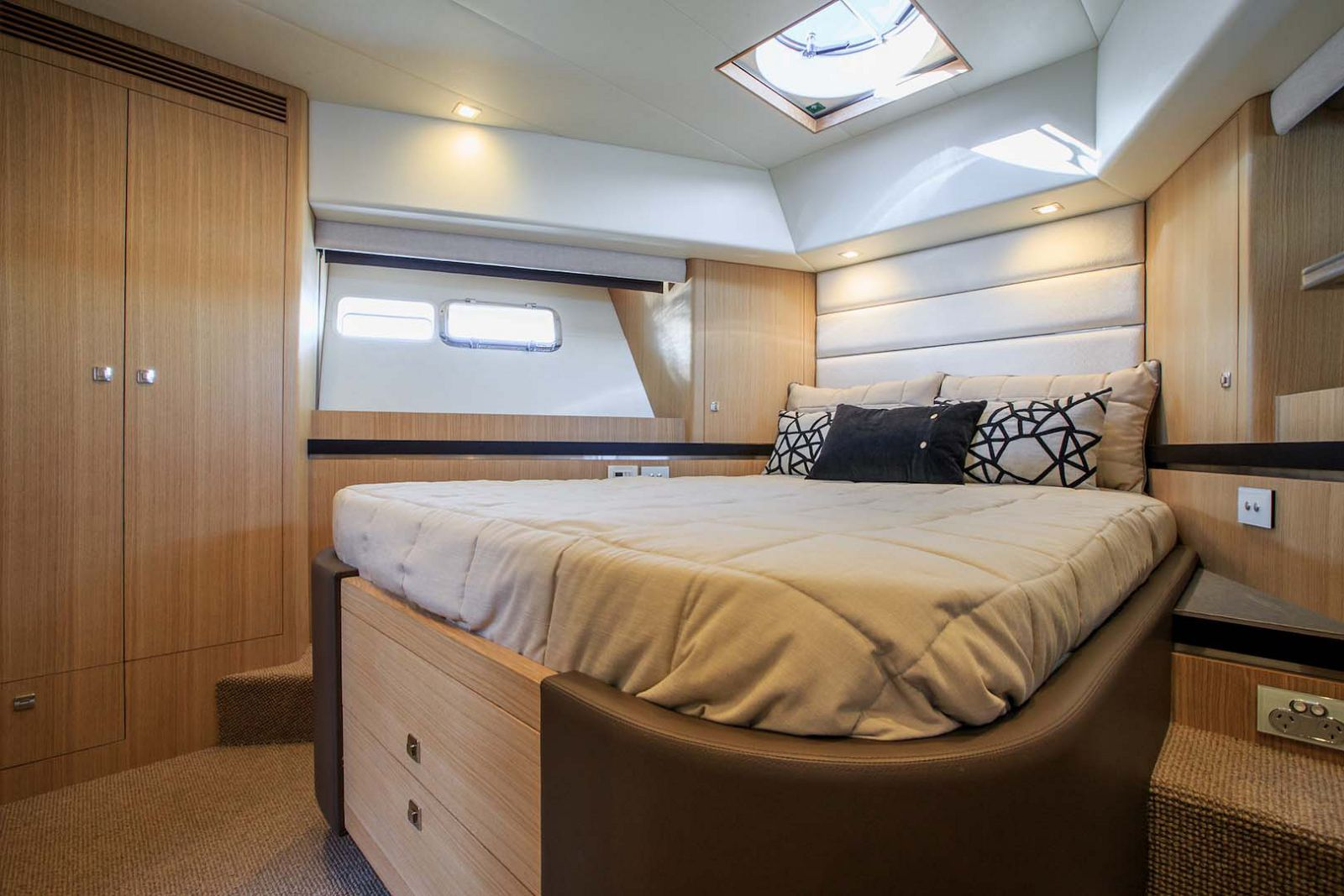 Whitehaven-6000-Coupe-Yacht-Stateroom-2