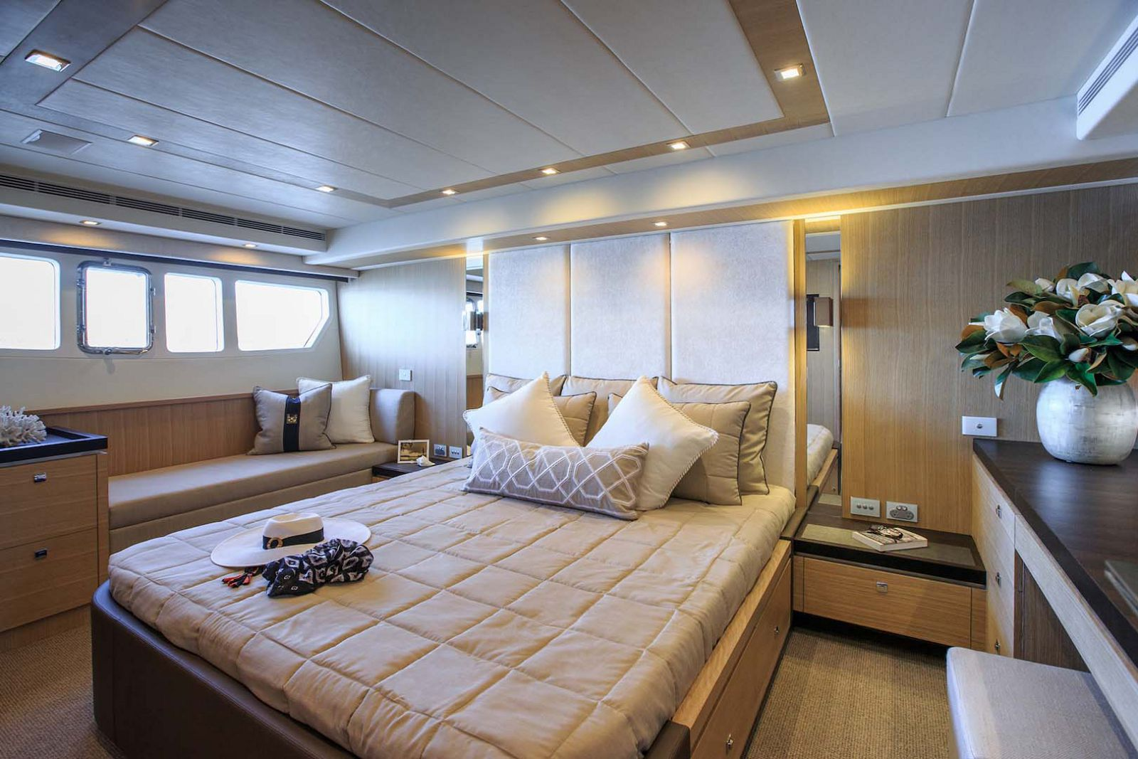 Whitehaven-6000-Coupe-Yacht-stateroom