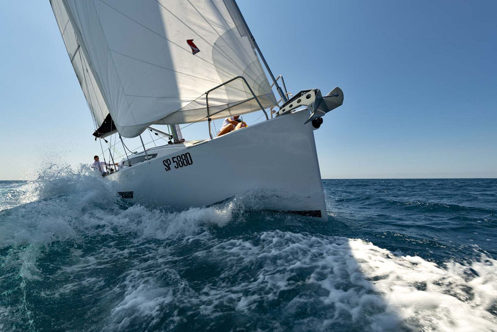 Elan-Yachts-E5-Sailboat-Running