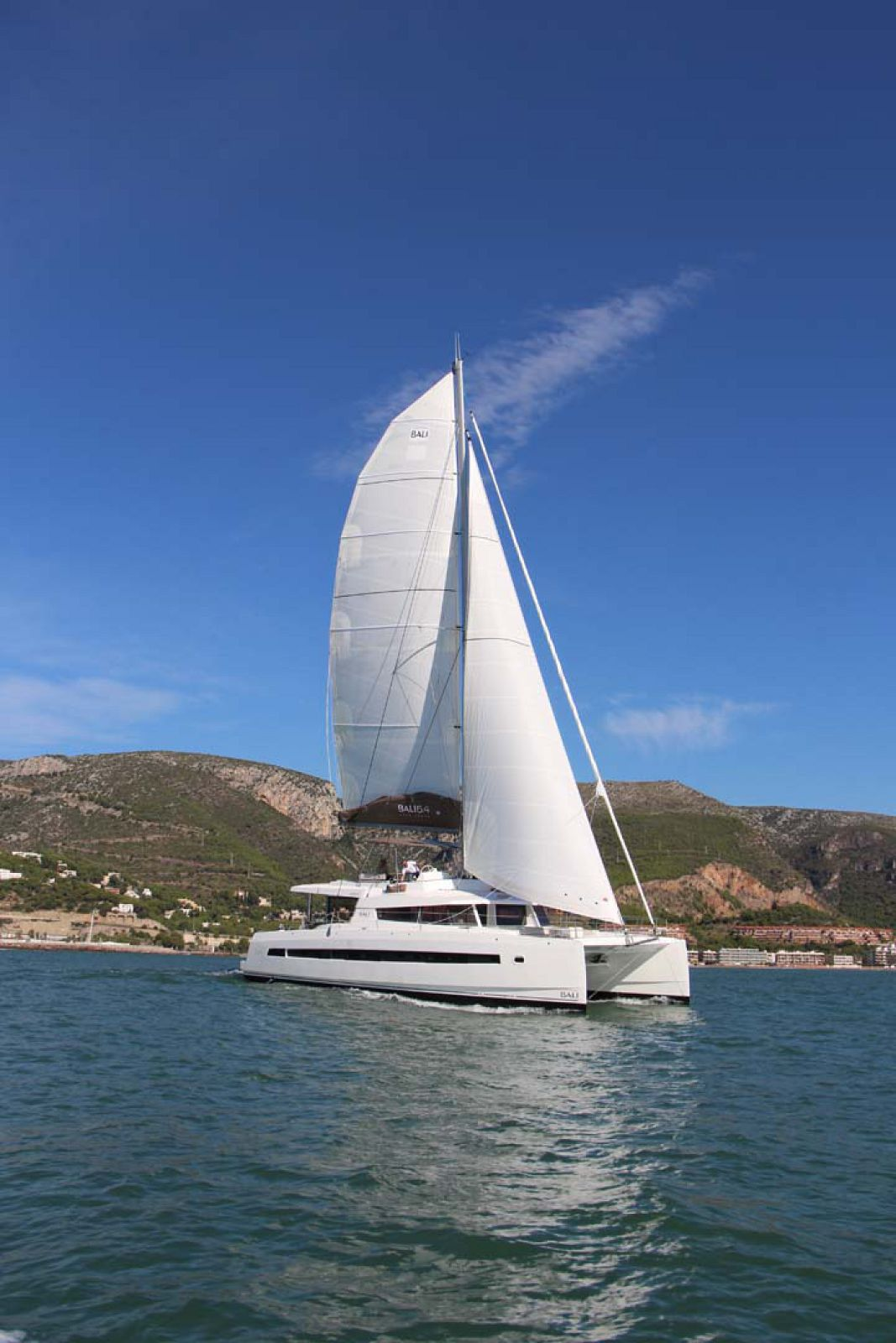 Bali 5.4 sailing cat mast
